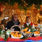 v.l. Imke Hennies und Elke Janicki bieten in ihrem Verkaufsstand allerlei frische Waren an