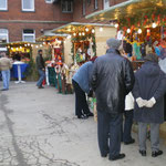 Gut Besucht: Die Stände auf dem Weihnachtsmarkt 2008 freuen sich über großen Andrang