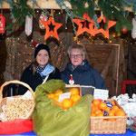Imke und Daniela Hennies verkauften Madarinen, Orangen, Nüsse und Wurst