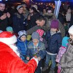 Auch der Weihnachtsmann machte kurz Rast, um die Kinder mit Süßigkeiten zu bescheren.