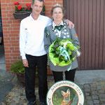 Schützenkönigin Katrin Icke bekommt ihre Scheibe überreicht