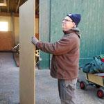 Fleißig dabei: Micheal Najuch kümmert sich mit seinem Sohn um den Bau des Glühweinstands