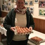 Damenleiterin Carolin Hennies hilft beim verteilen der Eierpreise