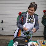 Die Schützenkönigin 2009 versorgt die Mitglieder mit Spiegeleiern