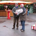 Der 1. Vorsitzende Siegfried Eggers bedankt sich bei Imke Hennies