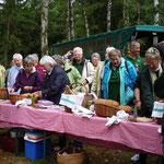 Stärkung im Wald: Der Schützenverein Oesselse legt eine Pause ein