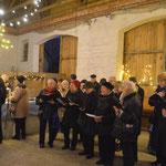 Die Chorgemeinschaft Ingeln versammelte sich in der Scheune um für weihnachtliche Stimmung zu sorgen.