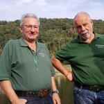 Günther Sahm und Schießsportleiter Klaus Specht genießen das gute Wetter