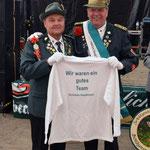 Hauptmann Werner Schadler bedankt sich bei Siegfried Eggers und überreicht ihm ein Pullover