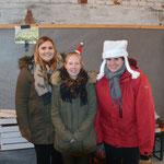 Die Lebkuchenbastelecke v.l.: Alena Stumpf, Maren Kanus und Julia Diener