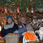Imke und Daniela Hennies boten zusammen mit Finn Obst, Wurst und vieles mehr an