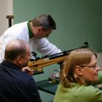 Harald Kernbach gab allen Teilnehmern genaue Instruktionen beim Umgang mit dem Luftgewehr