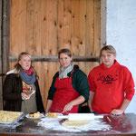 Schmalzkuchenstand v.l Franziska Johannes, Carolin Hennies, Malte Kanus