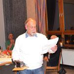 Schießsportleiter Klaus Specht gibt die Ergebnisse des Weihnachtsschießens bekannt