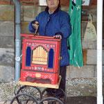 Schützenhauptmann Werner Schadler belustigte die Besucher mit seiner Orgel und sammelte Spenden für die Schützenjuged