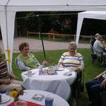 Kaffee und Kuchen auf dem Hof der Familie Abmeyer