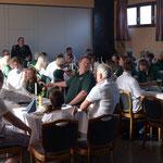 Mitglieder des SV Oesselse an der Proklamation im Vereinslokal L'Isola
