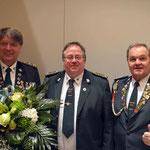 v.l: ehemaliger 1. Vorsitzender Siegfried Eggers mit dem neuen 1. Vorsitzenden Heiko Fichte und Hauptmann Werner Schadler