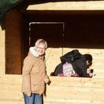 Errichten der selbst gebauten Holzbuden: Karin Franke und Cornelia Kernbach richten ein