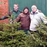 Der Tannenbaumverkauf v.l.: Alexander Schmidt, Stephan Hennies und Sebastian Cukic