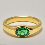 Tsavorith (grüner Granat) in einem schlichten Goldring • Verkauft