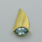 Nadel aus Gelbgold mit Aquamarin im Navetteschliff • Verkauft