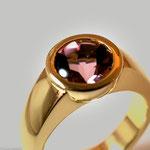 Goldring mit eingelassener, halbkugelförmiger Fassung für einen Turmalin • Verkauft