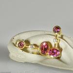 Ohrhänger in Gold mit Turmalin und Brillant. Schwingend • Preis € 2.500