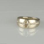 Weißgoldring mit cognacfarbenem Diamant im Navetteschliff und Brillanten • Verkauft
