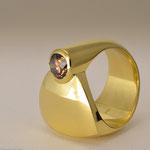 Cognacfarbener Brillant in Gold • Dieser Ring lässt sich sehr bequem tragen • Preis € 4.600