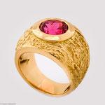 Ring aus Gold mit einem kostbaren Spinell • Preis auf Anfrage