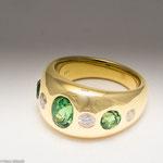 Bandring aus Gold mit Tsavorith (grüner Granat) und Brillanten • Preis € 4.600