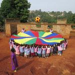Les enfants jouent avec les cadeaux envoyés par leurs amis