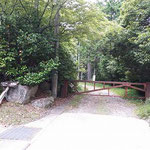 ①林道入口の鉄の門、横から入っていく
