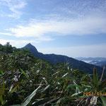 登山口付近から見える冠山