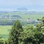 昼食場所からは、竹生島も見えました。