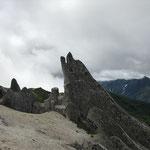 有名なイルカ岩を望む