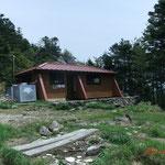 きれいな山頂避難小屋 後ろの岩の上展望あり