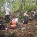 コヤマノ岳頂上近くで昼食だ。