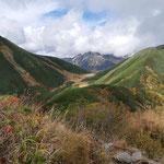 弓折乗越から稜線をたどり双六小屋が見えてきた。奥は鷲羽岳