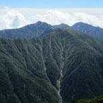 三ノ沢岳からの中央アルプス南部の山々。中央に熊沢岳、左に空木岳、右に南駒ケ岳
