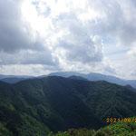 冠山から東の方を望む-能郷白山か