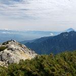 山頂から南のピークと鳳凰三山、その向こうに富士山