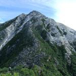 駒津峰を過ぎた稜線からどっしりとした甲斐駒ヶ岳
