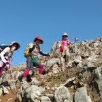 乱立する岩の間を登る