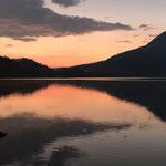 尾瀬沼、日没後の夕焼けが湖面に写る