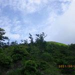 ホッケ山の手前で稜線に青空