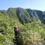8合目上部からこれから超える木曽前岳