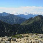 木曽駒ヶ岳から望む三ノ沢岳へ続く稜線