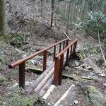 下った後の渡渉ポイントには真新しい橋が。感謝ですねー。